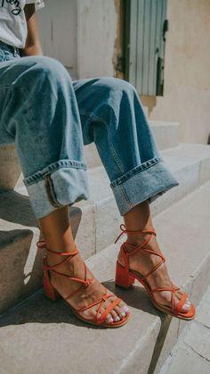 Tous les conseils pour bien porter tes sandales à 40ans et comment les porter avec style ! Tous les conseils & idées de tenues sont dans cet article ! #tenuefemme40ans #blogmodefemme40ans #tenuestylée #élégante #chaussures #sandales #jean