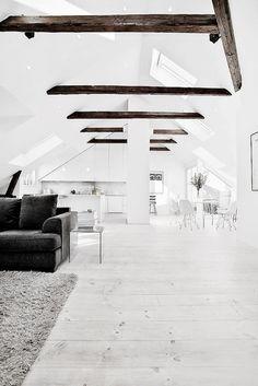 Egy barátnőm ház átalakítási projektjéhez kerestem inspirációkat. A kertes ház kb. 80 éves, a kornak megfelelő, meredek tetőzettel. A tetőtér jelenleg nincs beépítve, de szerintem csodálatos teret lehetne kialakítani, látszó gerendákkal, hófehérre festett padlóval és…