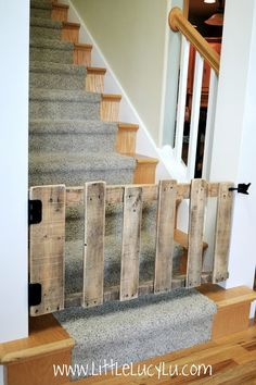 DIY : wood pallet stairs gate - love this as a dog or child-safe gate!!