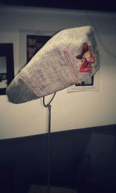 Coppola uomo personalizzata, ricamata a mano, realizzata con tessuto recuperato dagli scarti aziendali. Riciclo. Creazioni Simona Tallaro