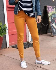 Colored Jeans Outfits, Colored Jeggings, Colored Skinny Jeans, Colored Pants, Yellow Pants Outfit, Mustard Jeans Outfit, Turquoise Pants Outfit, Mustard Yellow Outfit, Neutral Tops