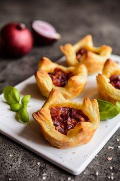 Kleine gefüllte Häppchen aus Blätterteig   small filled puff pastry