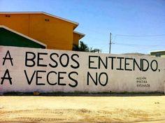 A besos entiendo, a veces no, frase de acción poética en la pared