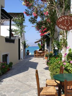 Street scene in Naxos, Cyclades, Greece / Wonderful Places In The World Places Around The World, The Places Youll Go, Travel Around The World, Places To See, Around The Worlds, Wonderful Places, Beautiful Places, Amazing Places, Voyager C'est Vivre