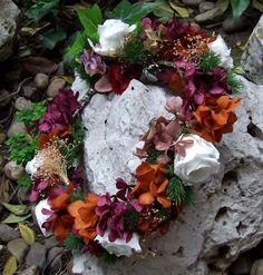 23568c4a13a46 Corona de flores liofilizadas en tonos alegres. Todos nuestros modelos se  pueden personalizar en cuanto
