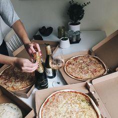 Igår tog jag bussen in till stan och landade hemma hos Lollo aka växtguden för pizza och cava-häng. Vi började kvällen med att sippa på lite vin och vänta in pizzan. Sedan…