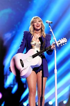 "yournastyscars: """"Taylor Swift performs ""Lover"" onstage during the 2019 MTV Video Music Awards at Prudential Center on August 2019 in Newark, New Jersey. Taylor Swift Hot, All About Taylor Swift, Taylor Swift Music, Taylor Swift Style, Swift Photo, Mtv Videos, Celebs, Celebrities, American Singers"