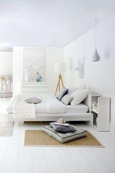 Une tête de lit avec chevet intégré.