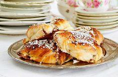 Kanelknutar på fat Salmon Burgers, Breakfast, Ethnic Recipes, Food, Juice, Baking, Rezepte, Breakfast Cafe, Salmon Patties