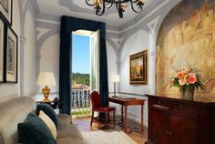 A refined atmosphere pervades the 65-square meter Grand Deluxe Suites. Furnished with exceptional reproductions of 16th-century originals, each is singularly alluring.