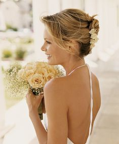 Flirty, feminine bridal hair: The relaxed updo - Picture 8