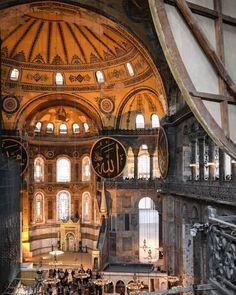 Die berühmte byzantinische Hagia Sophia wurde zuerst 916 Jahre als Kirche und anschließend 482 Jahre als Moschee genutzt. Sie verfügt über eine hohe Kuppel aus dem 6. Jh. und seltene christliche Mosaike. Der Name stammt aus dem Griechischen und bedeutet wohl so viel wie heilige Weisheit. Wir hatten bei unserem Besuch noch das Glück dass wir auch in die Hagia Sophia hinein gehen konnten. Eine Besichtigung der Innenräume ist nun nicht mehr möglich. Istanbul Sehenswürdigkeiten Highlights und… Hagia Sophia, Kirchen, Barcelona Cathedral, Istanbul, Highlights, Building, Instagram, Byzantine, Mosque