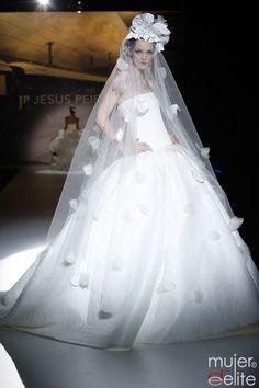 The veil i like is different - Vestido de novia de Jesús Peiró con un velo muy atrevido
