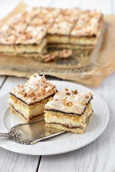 Schichtkuchen mit Puddingcreme und Baiserhaube Layer cake with pudding cream and meringue topping Mini Desserts, Pudding Desserts, Pudding Cake, Holiday Desserts, Baking Recipes, Cake Recipes, Dessert Recipes, German Baking, Food Cakes