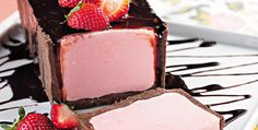 Torta de sorvete  Ingredientes    · 2 pacotes de biscoito de chocolate recheado  · 1/3 xícara (chá) de castanha-do-pará picada  · 80g de margarina  · 1 litro de sorvete de morango  · 1 embalagem de cream cheese  (150 g)  · 2 colheres (sopa) de leite