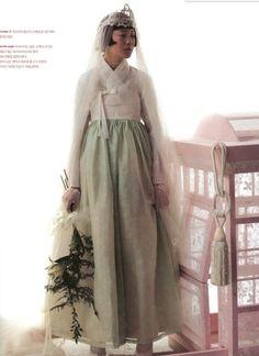 Wedding dress based on hanbok Korean Traditional Dress, Traditional Dresses, Korean Dress, Korean Outfits, Korea Fashion, Asian Fashion, Korean Wedding Traditions, Modern Hanbok, Classy Girl