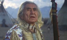 Chief Dan George (1899-1981 né Geswanouth Siaholt chef indien de la nation Tsleil Waututh fit carriere a Hollywood a partir de 61 ans