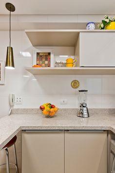 Apartamento ES por Luciana Ribeiro Arquitetura | homify Bathroom Medicine Cabinet, Kitchen Cabinets, Home Decor, Good Ideas, Log Projects, Arquitetura, Decoration Home, Room Decor, Cabinets