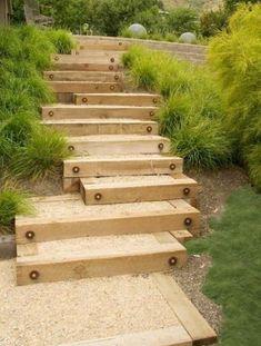 Gartentreppe Selber Bauen – 35 Inspirationen garden staircase made of wood with sand itself Sloped Backyard, Sloped Garden, Backyard Patio, Backyard Landscaping, Landscaping Design, Backyard Ideas, Outdoor Walkway, Outdoor Steps, Walkway Ideas