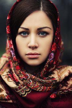 Pretty girl in a Russian Pavlovsky Posad shawl. #Russian #shawl