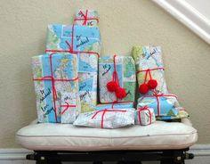 Envolver regalos con mapas y pompones de lana