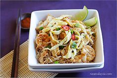 Mee Siam (Spicy Rice Vermicelli) recipe and pictures. Mee siam is popular in Malaysia and Singapore. A great mee siam recipe that you have to try. Asian Noodle Recipes, Asian Recipes, Healthy Recipes, Ethnic Recipes, Oriental Recipes, Asian Desserts, Chinese Recipes, Vermicelli Recipes, Rice Vermicelli