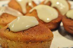 Lækre appelsinmuffins med chokolade. Få den nemme opskrift på svampede muffins med appelsin og appelsinglasur her. Kagerne kan også laves med citron Cake Toppings, Eggs, Homemade, Snacks, Cookies, Breakfast, Sweet, Liv, Food