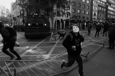 Cerca de 80 mil personas asistieron a la marcha en Santiago que distintas organizaciones sociales convocaron el 1 de junio en protesta contra las promesas no cumplidas del gobierno de Michelle Bachelet, justo el día en que la mandataria entregaba su cuenta pública anual en Valparaíso. La manifestación, que terminó con enfrentamientos entre estudiantes y carabineros, tuvo a un particular personaje como protagonista.