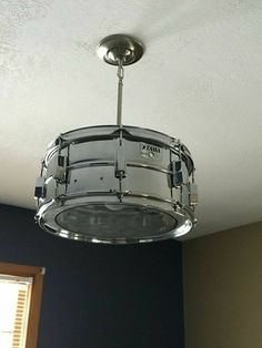 Schlagzeug DIY Drum Set Chandelier You can get step-by-step instructions here… Parents G Drum Light Fixture, Light Fixtures, Music Nursery, Music Furniture, Diy Drums, Drum Room, Piano Room, Band Rooms, Diy Vintage