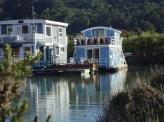 House in Sausalito, United States. Just 12 minutes across the Golden Gate Bridge from San Francisco, this unique floating guest cottage offers the very best of the Sausalito houseboat experience. Located at the end of one of Marin's most coveted houseboat docks, the Yellow Ferry Ha...