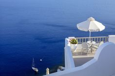 Modern terraces, which should not be missed - Decoration Design Santorini Grecia, Santorini Island, Pergola, Thing 1, Terrace Design, Modern Patio, Deck Chairs, Sea Art, Greece Travel