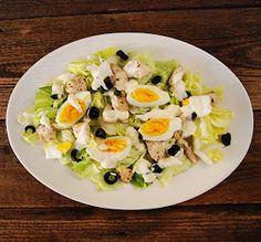 Prosta, 4 składnikowa sałatka z sosem śmietanowo-majonezowym Składniki: 1/2 główki sałaty lodowej 1 filet z kurczaka 2 garście cz...