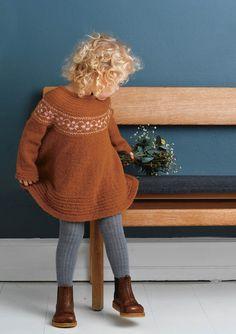 Bilderesultat for puttykjole dukke Knitting For Kids, Sewing For Kids, Baby Knitting, Baby Barn, Knit Baby Dress, Winter Dresses, Baby Patterns, Knitwear, Knit Crochet