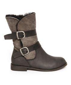 If leaning towards the wobble-free walk of a flat and the cozy-chic feel of favorite slippers, grab this classic pair. Textured leather creates a sleek look, while genuine Australian double-face sheepskin wicks moisture away from the feet and showcases the kind of high-quality boots EMU is known for across continents.10'' shaft13'' circumference<…