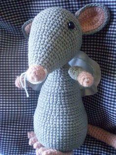 Ratita Amigurumi - Patrón Gratis en Español aquí: http://picapauyan.blogspot.com.ar/2009/12/patron-ratita-amigurumi.html