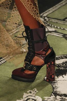 bf8b1305531 Burberry Fall 2016 Ready-to-Wear Accessories Photos - Vogue Burberry  Prorsum, Skor