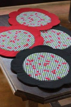 Cd Crafts, Diy And Crafts, Sewing Projects, Projects To Try, Place Mats Quilted, Quilting For Beginners, Mug Rugs, Table Toppers, Hot Pads