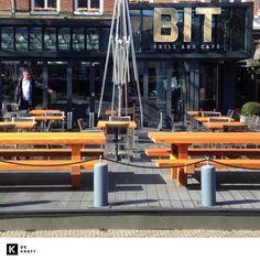 Hou je van stoere grote en robuuste tafels? Dan ben je niet de enige! De tafels van @zwaartafelen komen niet enkel in woonkamers of keukens van klanten terecht maar ze zijn evenzeer in trek bij bedrijven winkels en horecagelegenheden zoals grillcafé Bit in Den Haag. De stoere eiken houten tafels sieren namelijk kantoorruimtes én buitenruimtes! Ze hebben dan ook in Nederlandse en Belgische tijdschriften zoals de #libelle en #imagicasa gestaan en zelfs #radio538 en #ZinZaken vroegen er naar…