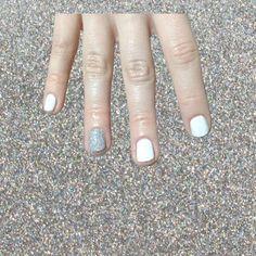 un toque de silver hologram glitter  #nailart #nailartperu #uñasmaniatikas #notd #glitternails #holographicnails