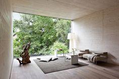 Näher kann ein #Wohnzimmer wohl nicht mit der Natur verbunden sein! Das ganze Haus findet ihr hier...https://www.homify.de/ideenbuecher/42843/designerhaus-im-gruenen