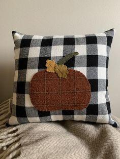 Pumpkin Pillows, Fall Pillows, Throw Pillows, Primitive Pillows, Primitive Fall, Wool Applique Patterns, Applique Pillows, Fall Sewing Projects, Sewing Ideas