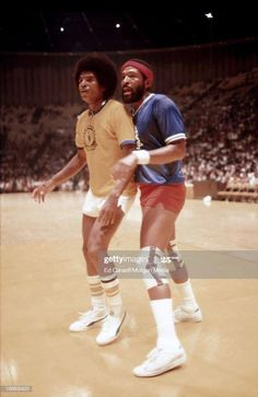 Soul singer Marvin Gaye and jackie Jackson of The Jackson 5 play in a celebrity basketball game at The Forum for The Soulville Foundation in August, 1977 in Inglewood, California. Get premium, high resolution news photos at Getty Images Jackie Jackson, Michael Jackson Smile, Jackson Family, Jackson 5, Celebrity Babies, Celebrity Photos, Jermaine Jackson, Foreign Celebrities, Smiling People