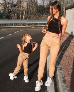 Kimi Fashion: 11 ideas de outfit para madre e hija Mother Daughter Matching Outfits, Mother Daughter Fashion, Mommy And Me Outfits, Little Girl Outfits, Matching Family Outfits, Summer Outfits, Mother And Daughter Clothes, Mode Outfits, Girl Fashion