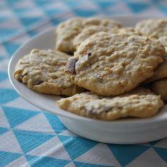 Les cookies chocolat flocons d'avoine.  http://lareinedeliode.com/les-cookies-kinder-dapres-paques/