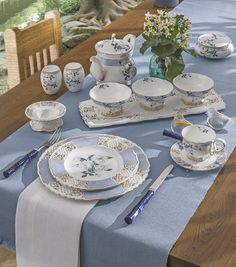Ella's garden tea party Dinner Sets, Dinner Table, Vase Deco, Table Setting Inspiration, Beautiful Table Settings, Elegant Table, Blue China, Table Arrangements, Decoration Table