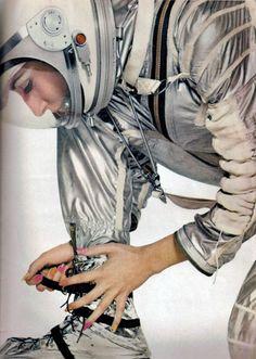 Astronaut Manicure, Jean Shrimpton in Space Suit, by Richard Avedon, Harper's Bazaar April 1965 Jean Shrimpton, Richard Avedon, 1960s Fashion, Vintage Fashion, Art Pulp, Top Fashion Magazines, Space Girl, Space Age, Moda Retro