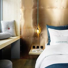 Avoir une table de nuit minimaliste fait partie de mes 5 astuces déco pour une chambre aussi cozy qu'à l'hôtel à découvrir sur www.decocrush.fr  #interior4all #instahome #instadeco #inspo4all #interior #copper #bedroomgoals #goodnight #instacrush #icrushonblue #hotellife http://ift.tt/2n7w6djwww.decocrush.fr  #interior4all #instahome #instadeco #inspo4all #interior #copper #bedroomgoals #goodnight #instacrush #icrushonblue #hotellife http://ift.tt/2n7w6dj