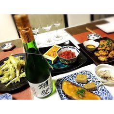 yuri7403「今夜のおうちごはんは、酢牡蠣とウニ、田楽と氷の中にいるお魚の天ぷらだよ〜♡早く帰ってきてね♡」という妹からの可愛いLINE(*´ω`*) 氷の中にいるお魚はワカサギっていうんだよ。 獺祭39と共に頂きます〜♡ #おうちごはん #福岡 #ほぼ酒のつまみ #お酒大好き家族 #日本酒 #獺祭 #ワカサギ天ぷら #田楽 #生牡蠣 #ウニ #マグロ中落ち