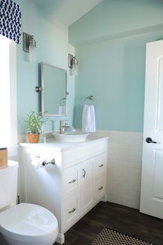 Benjamin Moore Palladian Blue Bathroom Awesome Indigo & Turquoise Summer House In the Fraser Valley before Palladian Blue Bathroom, Blue Bathroom Paint, Colorful Bathroom, Bathroom Green, White Bathroom, Apartment Therapy, Palladian Blue Benjamin Moore, Benjamin Moore Bathroom, Bathroom Interior