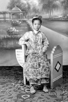 STUDIO PHOTO OF A NONYA IN BAJU PANJANG - 1940s to 1950s